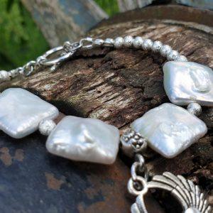 bracelet souple en perles biwa sur fil cablé, fermoir en T.