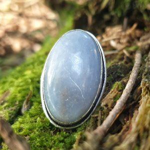 L'angélite, appelée aussi anhydrite, est une pierre naturelle bleue, aux qualités douces, une pierre qui nous relie aux anges.