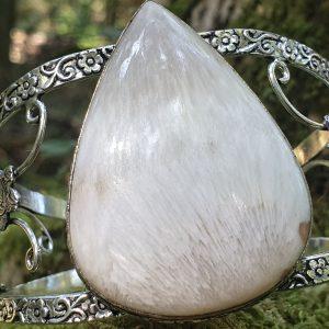 la scolécite, pierre naturelle, est une pierre blanche faisant le relais entre le ciel et la terre.