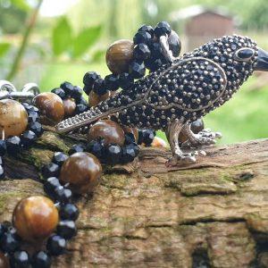 Corbeau en pendentif, sur collier de spinelle noir et oeil de tigre, collier de protection
