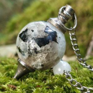 Pendule en pierre de lune, en forme de goutte