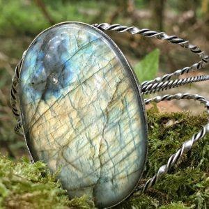 bracelet labradorite large, ou spectrolite ; cerclage en plaqué argent épuré. Façon manchette ou bangle labradorite.