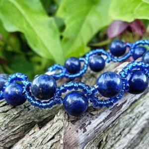 Bracelet en lapis lazuli sur fil cablé, tressé avec des pierres de rocaille bleues