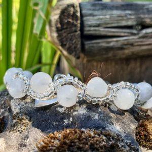 bracelet en perles de pierre de lune et rocaille sur fil cablé