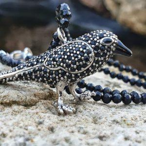 Corbeau en pendentif, sur collier de spinelle noir, collier de protection