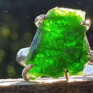 Bague diopside chrome, pierre naturelle de Russie. Bague en pierre brute, verte.