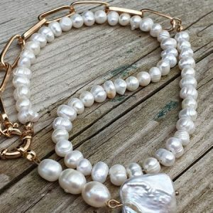 Collier en perles de cultures et biwa, large fermoir à ressort et chaine gros maillon pour un effet actuel