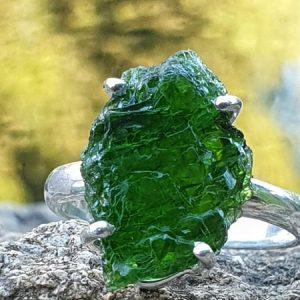 bague en pierre naturelle verte, le diopside chrome qui vient de russie.