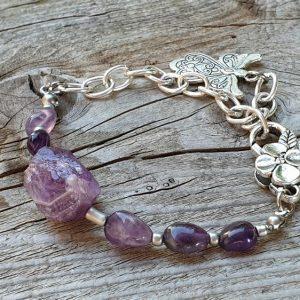 bracelet souple en améthyste naturelle, sur chaîne argent, breloque charm ange avec un large fermoir de forme florale.