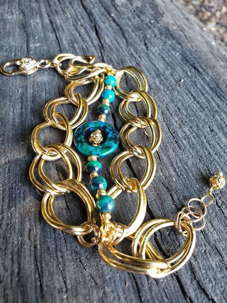bracelet en pierre naturelle chrysocolle, turquoise de Lima. Chaine avec des maillons très larges et dorés.