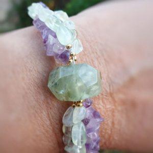 Bracelet de soin en prehnite et améthyste, pour favoriser le calme et la guérison sur plusieurs niveaux.
