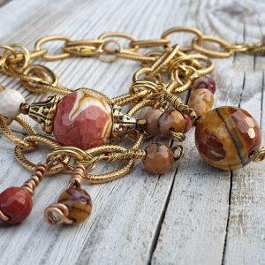Bracelet en perles de jaspe mokaite ou jaspe australien, réalisé avec une chaine large dorée dans l'esprit gipsy boho