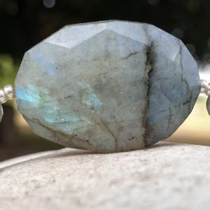 Bracelet souple en labradorite bleue, pierre naturelle. Breloques Oeil d'Horus et Anubis, et croix d'Ankh.