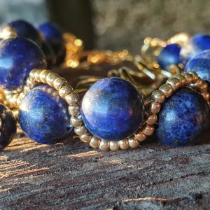 bracelet lapis lazuli tressé avec perles de rocailles dorées, large chaine en double maillon