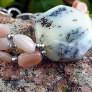 Bracelet en merlinite avec des opales roses des andes sur large chaine dorée en acier inoxydable