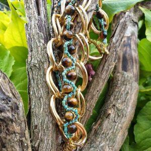 Bracelet avec de larges maillons dorés bohème, oeil de tigre tressé avec rocailles turquoise et marron