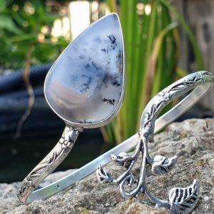 Bracelet rigide bangle en merlinite, aspect vintage avec petites feuilles