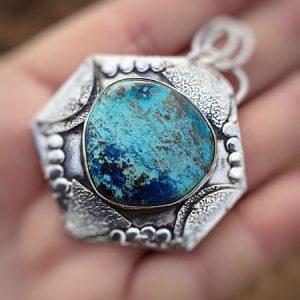 Pendentif en shattuckite, pierre naturelle et rare que l'on trouve dans différents tons bleus.