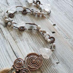 Collier cristal de roche et agate blanche, glands couleur beige sur pendentif en cuivre