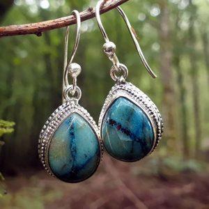 Boucles d'oreilles en shattuckite, pierre naturelle et rare aux reflets bleus. Les pierres shattuckite sont serties sur des cabochons à l'esprit baroque.