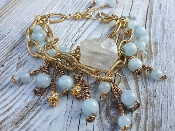 Bracelet en perles d'aigue marine ou aquamarine, naturelles, avec un cristal de roche brut.