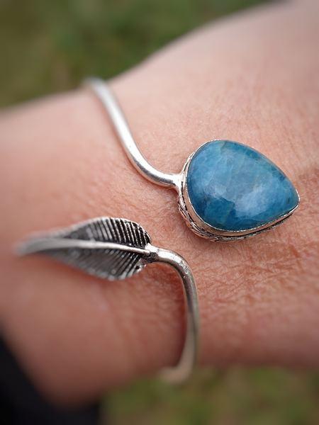 Bracelet rigide et fin, avec une petite plume et une pierre naturelle d'apatite bleue