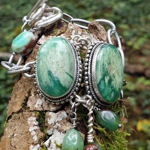 Bracelet souple et large en chrysoprase boulder naturelle.