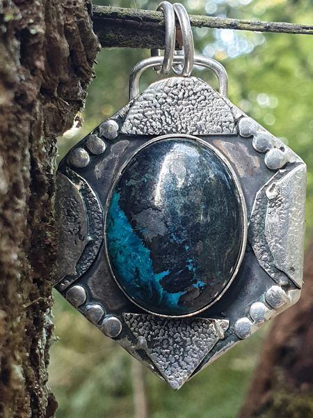 Pendendif médaillon en chrysocolle, pierre naturelle sertie sur métal argent vieilli