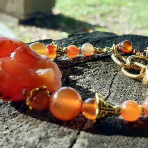 Bracelet en cornaline brute, pierre naturelle rouge orangée sur chaine dorée acier inoxydable