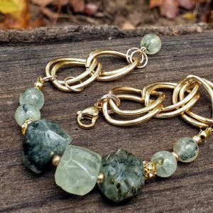 Bracelet en prehnite sur épidote, large chaine dorée, bracelet souple réglable