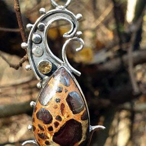 pendentif en bauxite, pierre naturelle leopard, avec une citrine