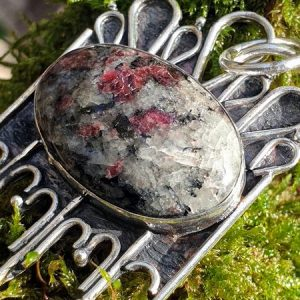 Pendentif en véritable eudialyte, une pierre naturelle rare aux 49 composants