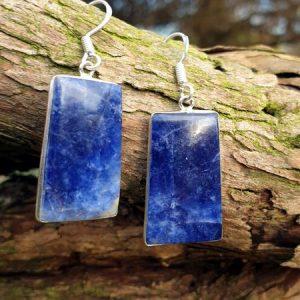 boucles d'oreilles en sodalite, pierre naturelle d'un bleu profond