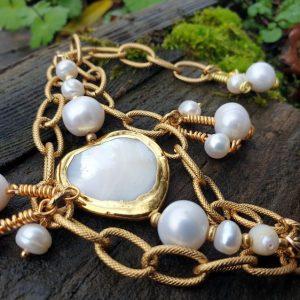 Bracelet en coeur de nacre, plaqué or et perles de culture, artisanat