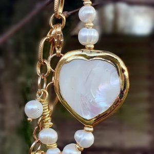 Bracelet en perles de culture et nacre en forme de coeur, plaqué or sur chaine dorée