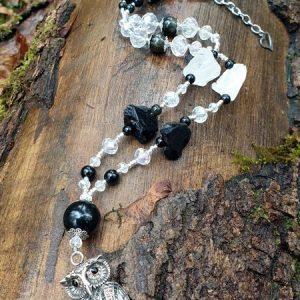 collier chouette hibou avec obsidienne et cristal de roche, pierres brutes