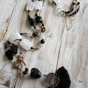 Long sautoir gipsy boho chic en obsidienne noire brute, en obsidienne dorée avec du cristal de roche et quelques perles de verre autrichien