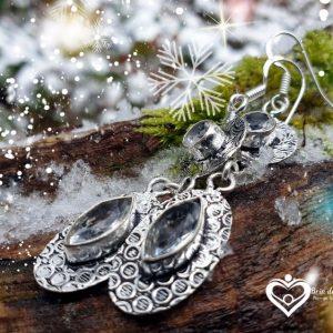 Boucles d'oreilles en topaze blanche, prises dans la foret avec de la neige