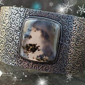 Bracelet large métal martelé en opale dendritique