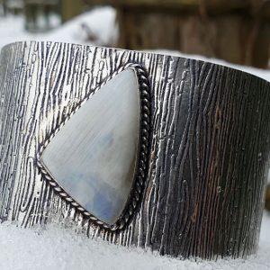 bracelet rigide large en pierre de lune péristérite, métal martelé