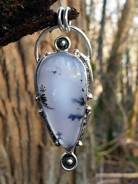 Pendentif design vintage en opale dendritique ou merlinite, la pierre naturelle des chamans