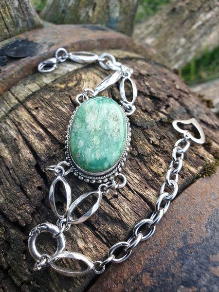 Bracelet en chrysoprase, pierre naturelle qui fait partie de la famille des calcédoines.