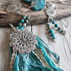 Collier pendentif soie turquoise, en jaspe sediment de mer ou jaspe océan