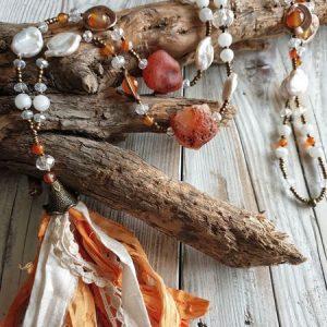 collier sautoir en cornaline et pierre de lune, pour une reconnexion à son féminin. Ajout de véritable nacre.