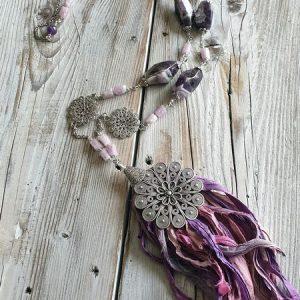 collier en kunzite et en améthyste chevronnée, pierres naturelles pour un sautoir bohème chic