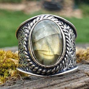 bague chevalière en labradorite, pierre naturelle à reflets plutôt verts