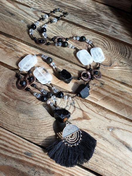 collier en obsidienne noire et dorée, avec du cristal de roche naturel et un pompon gipsy boho