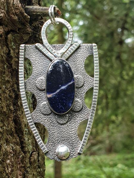 pendentif en sodalite, pierre naturelle bleue