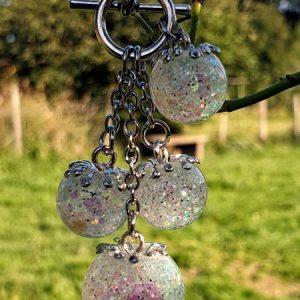 Collier en bulle de résine glitter holographique, dominante nacrée