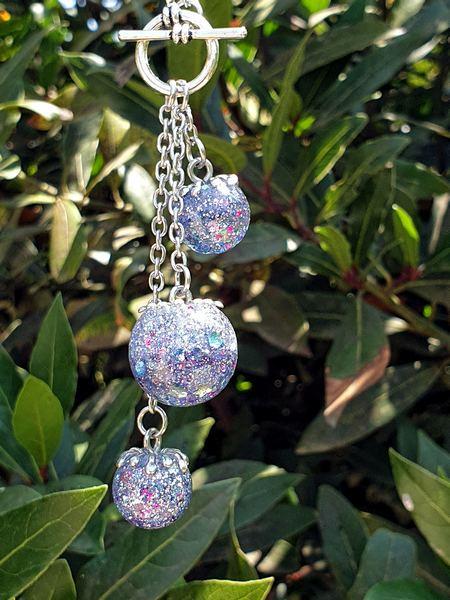 Pendentif collier multi sphère avec paillettes holographiques dans résine époxy